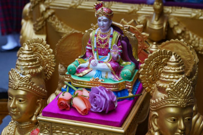 Divine darshan of Lord Shree Swaminarayan seated in the golden chariot