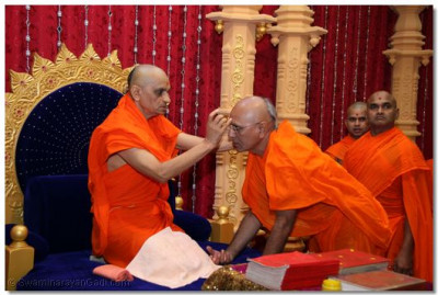 His Divine Holiness Acharya Swamishree blesses the Sadguru with a chandlo before the start of the scripture recitial