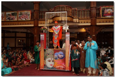 Divine darshan of His Divine Holiness Acharya Swamishree standing on the chariot