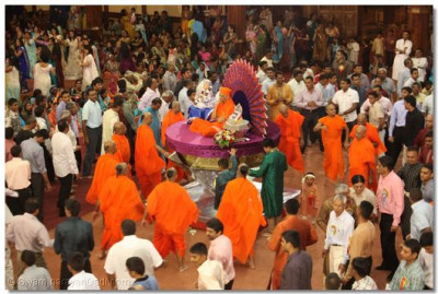 Divine darshan of His Holiness Acharya Swamishree in the centre as Sants and Disciples play Raas
