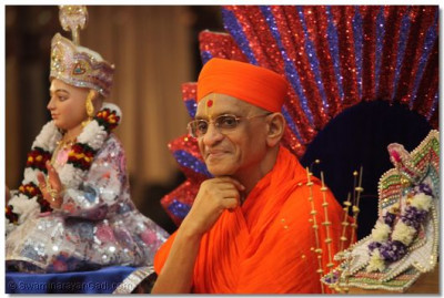 Divine darshan of His Divine Holiness Archarya Swamishree seated on the throne with Lord Swaminarayan and Shree Harikrishna Maharaj during the Rasotsav festival