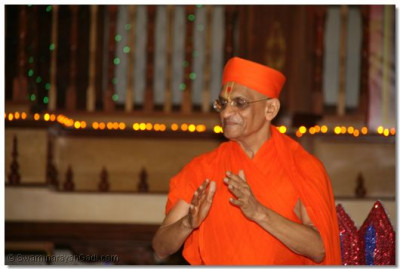 Divine darshan of His Divine Holiness Acharya Swamishree at the finale of the Raas