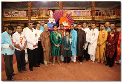 His Divine Holiness Acharya Swamishree gives darshan with Disciples