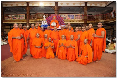 His Divine Holiness Acharya Swamishree gives darshan with Sants