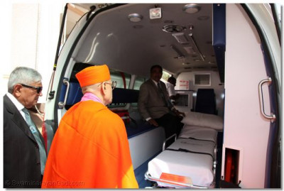 His Divine Holiness Acharya Swamishree gives darshan outside the ambulance that will be escorting the processsion