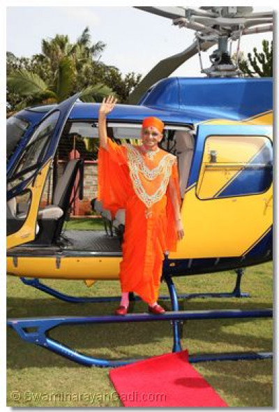 Divine darshan of His Divine Holiness Acharya Swamishree alighting from the helicopter at that starting point of the procession