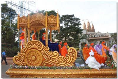 A side view of the magnificant chariot as it proceeds towards Shree Swaminarayan Temple Nairobi