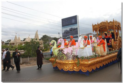 A view of the magnificant chariot as it proceeds towards Shree Swaminarayan Temple Nairobi