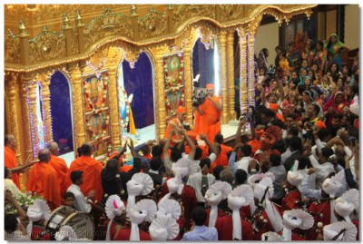 His Divine Holiness Acharya Swamishree is led by various dances and H.H. Swamibapa Pipe Band onto the Sinhasan at Shree Swaminarayan Temple Nairobi