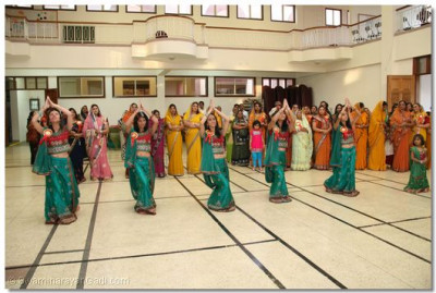 Young disciples begin the dance sequence that will lead His Holiness Acharya Swamishree from H.H. Swamibapa Hall into Shree Swaminarayan Temple Nairobi