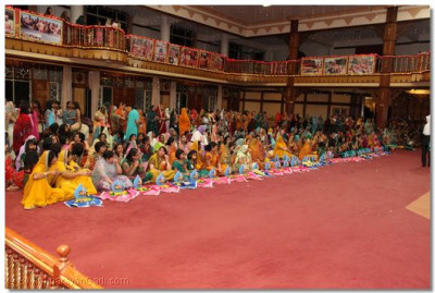 Benefactors of the parayan offer gifts to Lord Swaminarayanbapa Swamibapa
