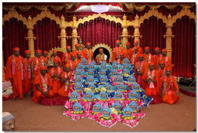 Divine darshan of His Divine Holiness Acharya Swamishree with Sants and the gifts offered to Lord Swaminarayanbapa Swamibapa by the benefactors of the parayan