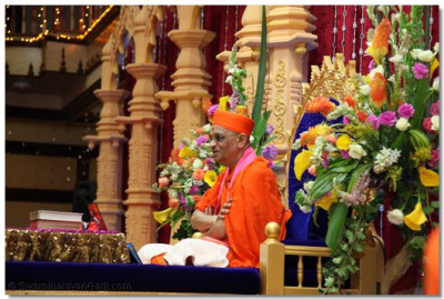 His Divine Holiness Acharya Swamishree gives His divine aashirwad