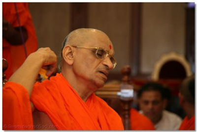 His Divine Holiness Acharya Swamishree performs poojan to Lord Swamianrayanbapa Swamibapa with rose petals