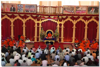 All disciples listen attentively to His Divine Holiness Acharya Swamishree's Divine Aashirwad
