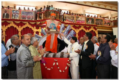 A special Dashadbi momento is presented to His Divine Holiness Acharya Swamishree by the disciples of Shree Swaminarayan Temple Nairobi