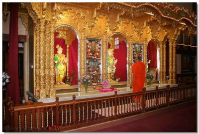 Acharya Swamishree performs Sandhya Aarti at Shree Swaminarayan Temple Nairobi