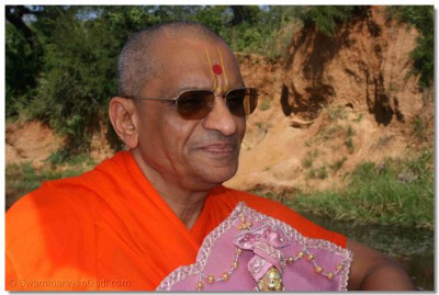 Divine darshan of Acharya Swamishree with Shree Harikrishna Maharaj