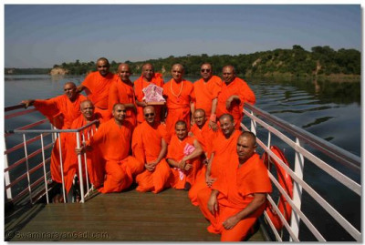 Acharya Swamishree gives darshan with sants