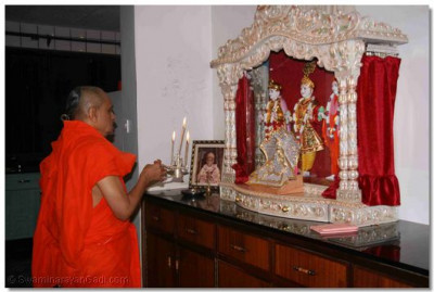 Acharya Swamishree performs aarti to Lord Swaminarayanbapa Swamibapa before returning to Nairobi