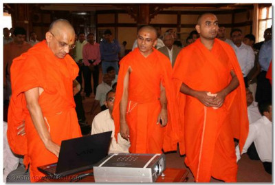 Acharya Swamishree launches the new website of Shree Swmainarayan Temple Nairobi