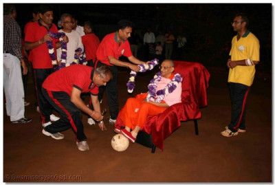 Volleyball players offer flower garlands to Acharya Swamishree