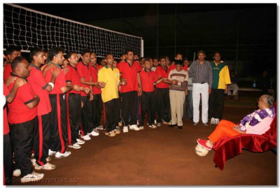 Volleyball players perform Aarti to Lord Swaminarayan