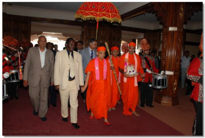 Acharya Swamishree and Hon. Raila Odinga proceed for lighting the peace candles