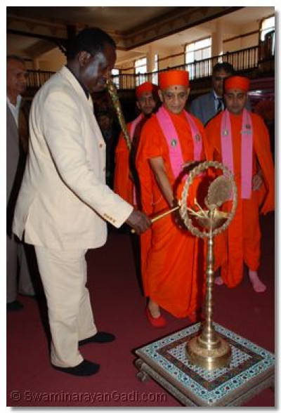 Acharya Swamishree and Hon. Raila Odinga light the diva - signifying world peace, unity and strength