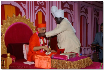 Prime Minister offering graland to Acharya Swamishree