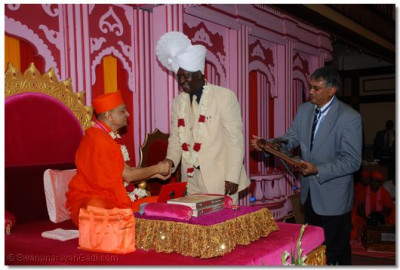 Chief guest greets Acharya Swamishree