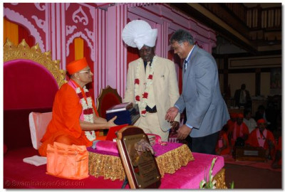 Presentation of vachnamrutt Granth, Swaminarayan Gadi Granth and Shikhshapatri