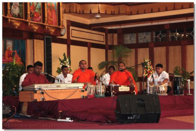 Commencement of Kirtan Sandhya with a prayer