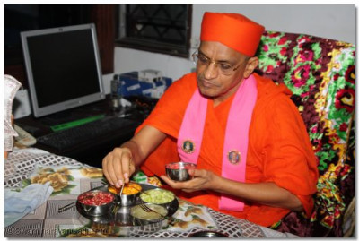 Param Pujya Acharya Swamishree having fruits