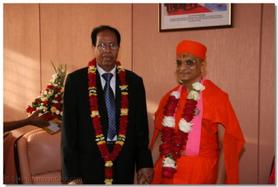 Prime Minister of Somalia-Nur Hassan Hussien meets Acharya Swamishree at the VIP lounge