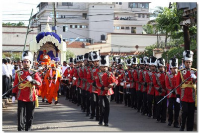 H.H.Swamibapa Pipe Band leads the welcome procession on the Swamibapa Road