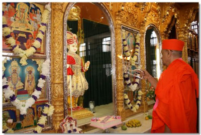 Aarti offered to Lord Swaminarayanbapa