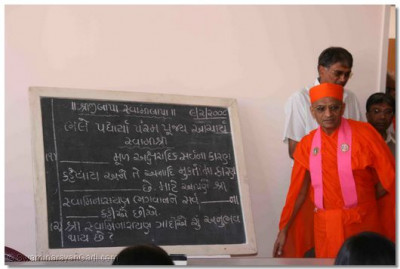 Acharya Swamishree teaches a lesson to the students