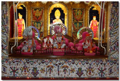 Divine darshan of Lord Swaminarayanbapa Swamibapa on the hindola