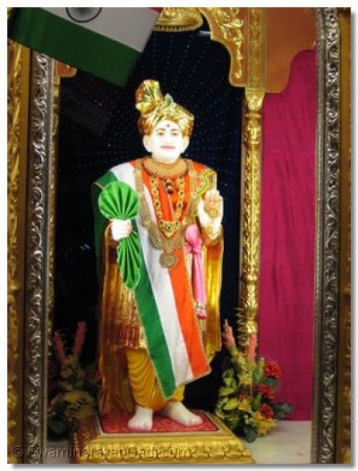 Darshan of Shree Abji Bapa dressed in Indian national outfit attire