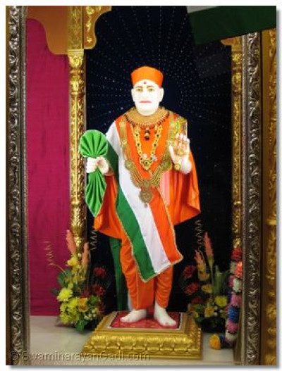 Darshan of Shree Swamibapa dressed in Indian national outfit attire