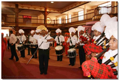 H H Swamibapa Pipe Band gives guard of honour to Lord Swaminarayan