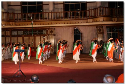 "Devotees perform "" Vande Mataram"""
