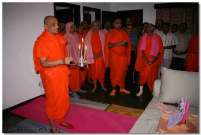 Acharya Swamishree performs Mangla Aarti to Lord Swaminarayan