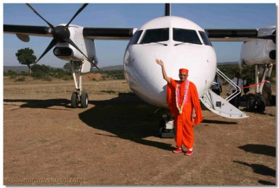 Acharya Swamishree with the Safarilink plane
