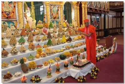 Acharya Swamishree offers cake to Lord Swaminarayan