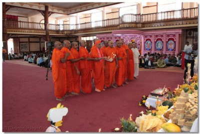 Acharya Swamishree and sants perform aarti to Lord Swaminarayan