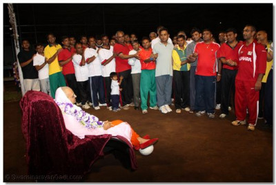Volleyball players perform aarti to Lord Swaminarayanbapa Swamibapa