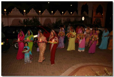 Devotees taking their chaabs to Lord Swaminarayanbapa Swamibapa
