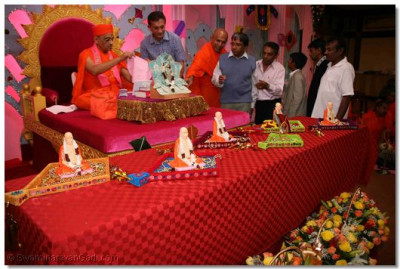 Parayan benefactors offer gifts to Lord Swaminarayan